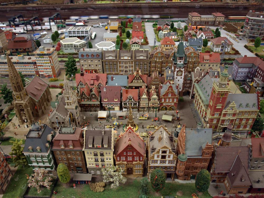 Bild på järnvägsmodellen och miniatyrhus